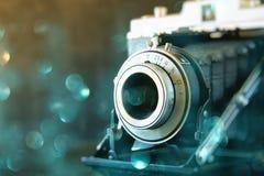 Det abstrakta fotoet av den gamla kameralinsen med blänker samkopieringen den filtrerade bilden är retro Selektivt fokusera Arkivbild