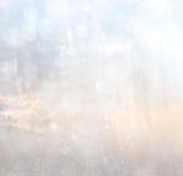 Det abstrakta fotoet av ljusbristningen bland träd och blänker bokehljus bilden är suddig och filtrerad royaltyfria foton