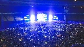 Det abstrakta suddiga fotoet av den stora folkmassan p? vaggar konsert p? stadion p? natten Perfekt bakgrund f?r att illustrera p royaltyfria bilder