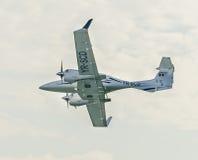 Det Aerobatic flygplanet lotsar utbildning i himlen av den Bucharest staden, Rumänien Royaltyfria Bilder
