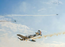Det Aerobatic flygplanet lotsar utbildning i himlen av den Bucharest staden, Rumänien Kulört flygplan med spårrök Royaltyfria Bilder