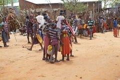 Det afrikanska folket på det stam- marknadsför Arkivfoto