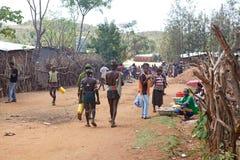 Afrikanskt folk längs vägen Arkivbilder