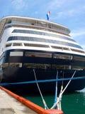 Det Aft slutet av kryssningskeppet band upp till skeppsdockan Arkivfoto