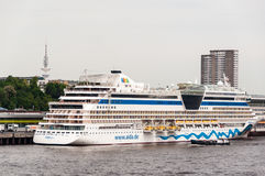 Det AIDAluna kryssningskeppet anslutas i Hamburg Royaltyfria Foton