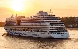 Det AIDAluna kryssningskeppet lämnar Hamburg Royaltyfria Foton