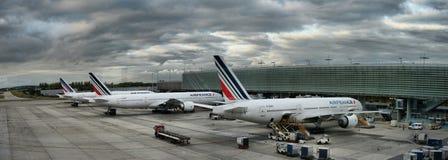 Det Air France flygbussflygplanet som parkeras på Paris flygplatsfolk, stiger ombord till flyget arkivbilder