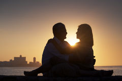 Det aktiv avgick folket, romantisk åldring kopplar ihop förälskat och att kyssa Royaltyfri Foto