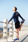 Det aktiva anseendet för ung man på ett lägger benen på ryggen Arkivfoton