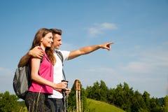 Det aktiva härliga barnet kopplar ihop att fotvandra kullen för inanaturklättringen eller Royaltyfri Foto