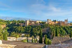 Det Alhambra komplexet av slottar och trädgårdar inom bröstvärnet av alcazabaen, Granada, Spanien Royaltyfri Bild