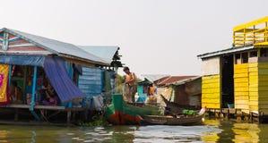 Det Ambodian folket bor på Tonle underminerar sjön Arkivbild