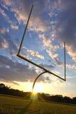 det amerikanska fotbollmålet posts solnedgång Arkivfoton