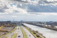 Det amerikanska industriella landskapet i Longueuil, i södra kust Rive Sudförort av Montreal, Quebec, med den stora motorvägen arkivbilder