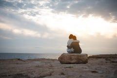 Det angenäma paret av kvinnlign vilar utomhus Arkivfoto