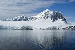 Det antarktiska havet reflekterar detkorkade berget arkivfoto