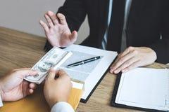 Det anti-bestickning och korruptionbegreppet, affärsmannen som vägrar och, mottar inte pengarsedeln som erbjuds från affärsfolk t arkivfoton