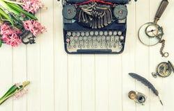 Det antika kontoret för skrivmaskinsblommatappning bearbetar retro Royaltyfri Fotografi
