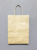 Det använda mellanrumet återanvänder den bruna pappers- påsen med kopieringsutrymme för att mata in text Royaltyfri Fotografi