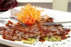 Det argentinska snittet av kött som badades i traditionell sås, tjänade som med ve Royaltyfria Foton