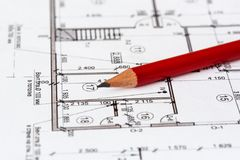 Det arkitektoniska planet av huset skrivs ut på ett vitt ark av papper En röd blyertspenna på den arkivbild