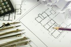 Det arkitektoniska projektet, ritningar och avdelarkompasset på plan som iscensätter hjälpmedel, beskådar uppifrån snut Fotografering för Bildbyråer