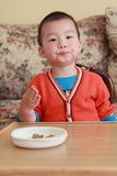 det asia barnet äter royaltyfri fotografi