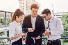 Det asiatiska affärsfolket grupperar samtal om resultat och att se dat royaltyfria bilder