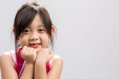 Det asiatiska barnet som ler bakgrund/asiatiskt le för barn/som var lyckligt, och att le det asiatiska barnet, studio isolerade b Fotografering för Bildbyråer