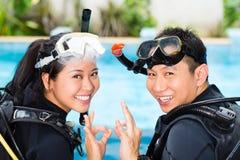 Lärare och deltagaren i en dykning skolar Arkivbilder