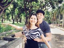 Det asiatiska paret försökte att lyfta hennes övre och hade gyckel i baren arkivfoton