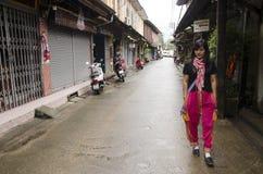 Det asiatiska thai det kvinnabesöket och loppet med att posera för tar fotoet på Royaltyfri Fotografi