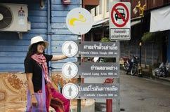 Det asiatiska thai det kvinnabesöket och loppet med att posera för tar fotoet på Royaltyfria Bilder