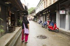 Det asiatiska thai det kvinnabesöket och loppet med att posera för tar fotoet på Arkivfoton
