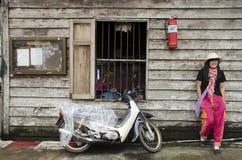 Det asiatiska thai det kvinnabesöket och loppet med att posera för tar fotointelligens Arkivbild
