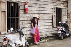 Det asiatiska thai det kvinnabesöket och loppet med att posera för tar fotointelligens Royaltyfri Foto