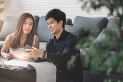 Det asiatiska tonårs- paret planerar för att bygga hans framtida hus med royaltyfria foton