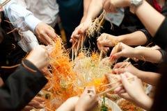 Det asiatiska välstånddugget, Lohei, Yusheng, yee sjöng Royaltyfri Bild