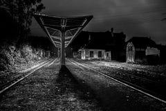 Det atmosfäriska landskapet av järnvägsstationen som är svartvitt arkivbild