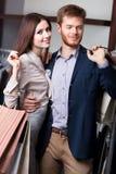 Det attraktiva paret är i shoppa Royaltyfri Fotografi