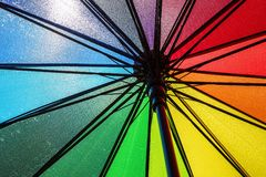 Det avslöjda ljusa färgrika paraplyet Arkivfoton