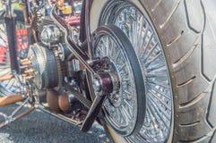 Det bakre hjulet av en motorcykel med en överförande rotation för bälte Arkivbilder