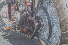 Det bakre hjulet och motorn är en retro motorcykel Arkivbild