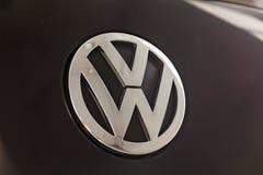 Det bakre ID-Märket och emblemet av den lyxiga mycket dyra nya svarta Volkswagen Touareg bilen står i den tvättande väntande på r royaltyfria foton