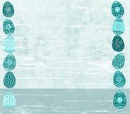 Det bedrövat påskägget och trä texturerade aquabakgrund arkivfoton