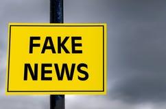 Det begreppsmässiga tecknet fejkar omkring nyheterna arkivfoto