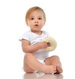 Det begynnande barnet behandla som ett barn flickalilla barnet som kryper lyckligt seende rakt a Fotografering för Bildbyråer