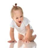 Det begynnande barnet behandla som ett barn flickan i blöja som kryper lyckligt skratta le Arkivbild