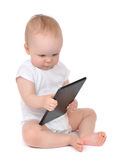 Det begynnande barnet behandla som ett barn lilla barnet som skriver den digitala minnestavlamobilen Royaltyfria Foton