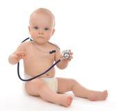 Det begynnande barnet behandla som ett barn litet barnsammanträde med den medicinska stetoskopet Royaltyfri Bild